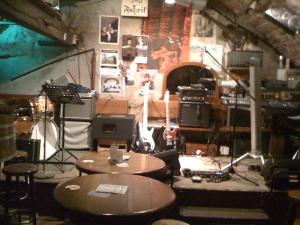 Basscombo auf Rücken links neben dem E-Bass